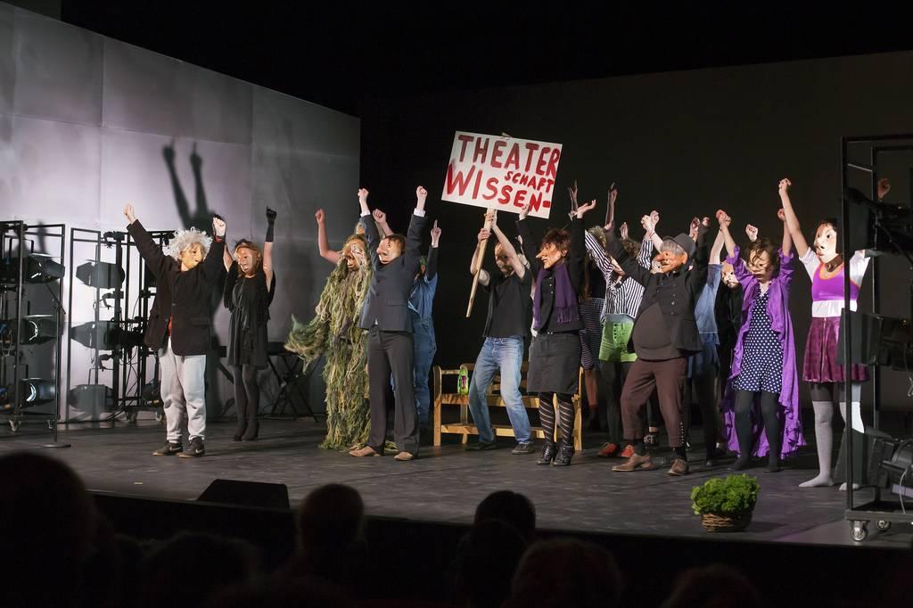 Das Maskenseminar der Theaterwissenschaft auf der Großen Bühne. Foto: Rolf Arnold.