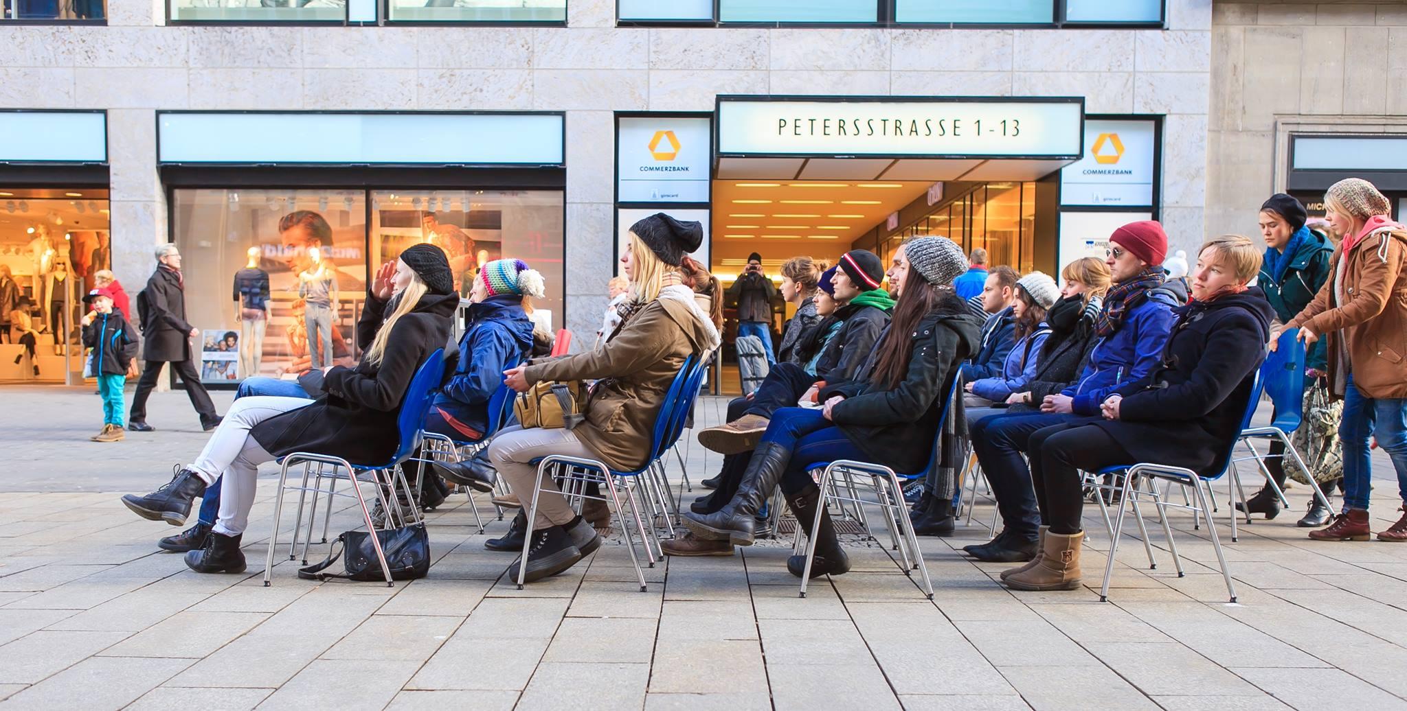 Stille Stühle in der Peterstraße. Foto: Swen Reichold.