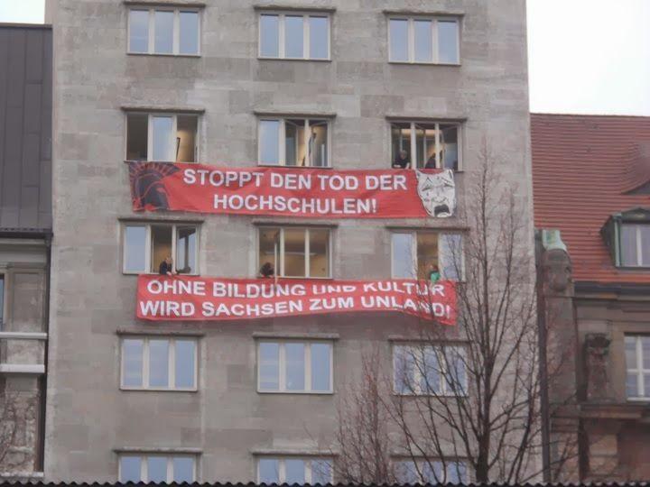 Protestbanner am Krochhochhaus (c) Fachschaft Theaterwissenschaft